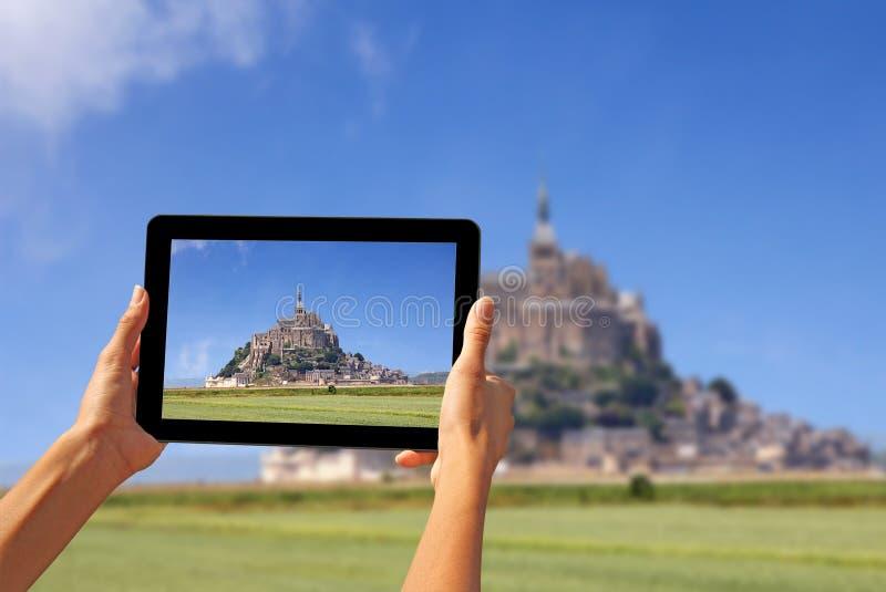 Machen von Fotos auf einer Tablette stockfotos