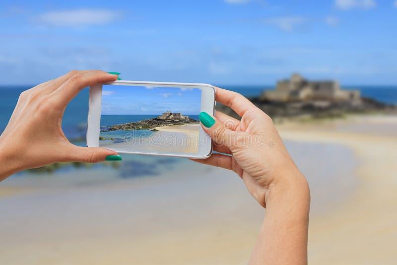 Machen von Fotos auf Mobiltelefon lizenzfreie stockfotos