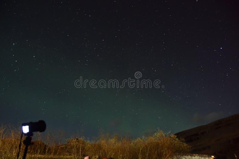Machen von Fotos unter nächtlichen Himmel lizenzfreie stockfotos