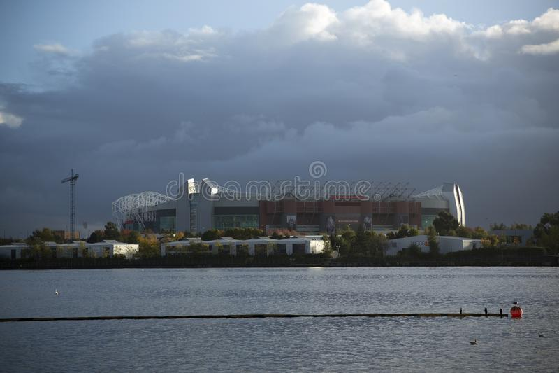 Machester, Wielki Machester, UK, Pa?dziernik 2013, widok przez wod? Old Trafford stadium obraz royalty free