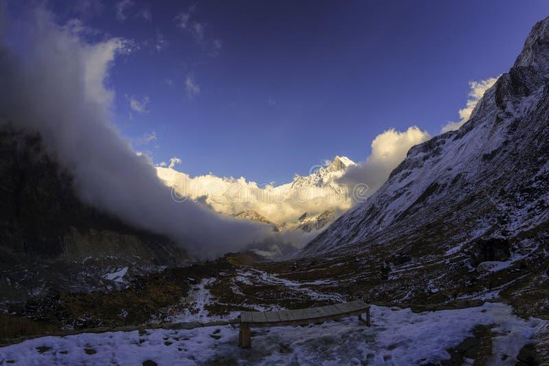 Machhapuchhre, senderismo famoso y montañas nevosas imágenes de archivo libres de regalías