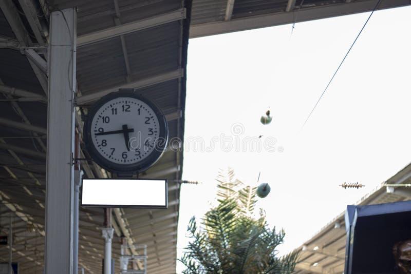 Machinalny zegarek filmował przy stacją kolejową fotografia royalty free