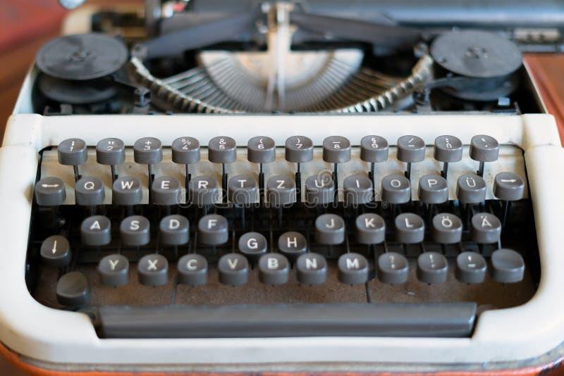 Machine à écrire antique Plan rapproché de clavier de machine de dactylographie de cru photos stock