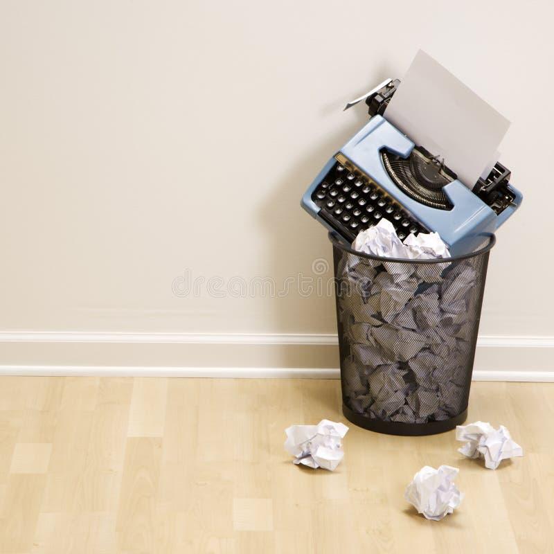 Machine à écrire dans la poubelle. photographie stock