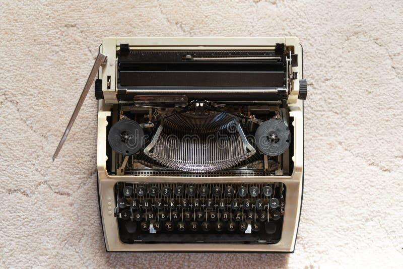 Machine à écrire de cru sur le fond texturisé blanc de tissu rétro style et antiquités photos libres de droits