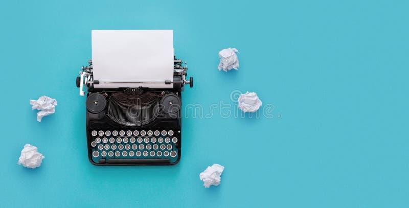 Machine à écrire de vintage au-dessus de fond bleu photos stock