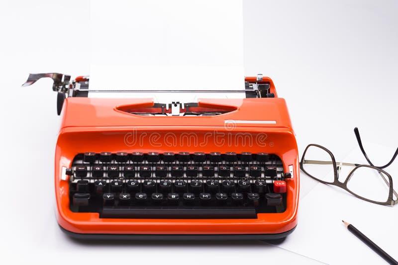 Machine à écrire nostalgique avec le crayon et les verres sur le blanc images libres de droits