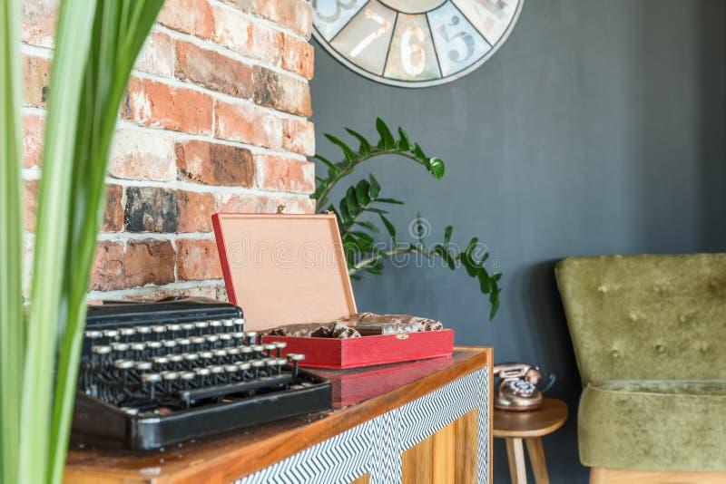 Machine à écrire sur un coffret photographie stock libre de droits