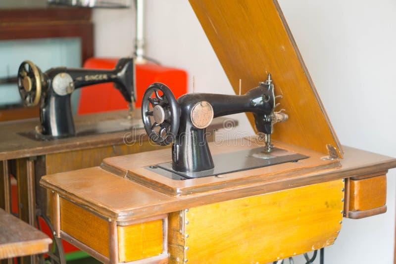 Machine à coudre antique sur la table photo stock