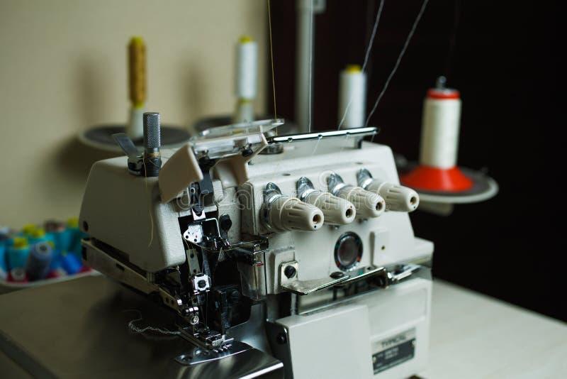 Machine à coudre professionnelle avec une pluralité de bobines et de fil photographie stock libre de droits