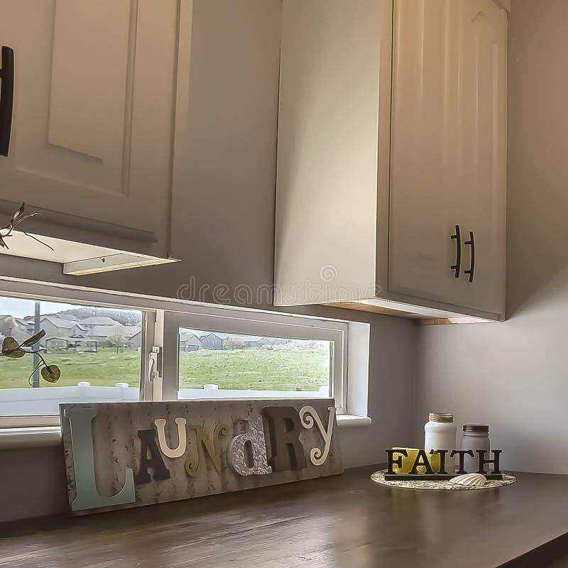 Machine à laver et dessiccateur carrés à l'intérieur de la buanderie d'une maison photo libre de droits