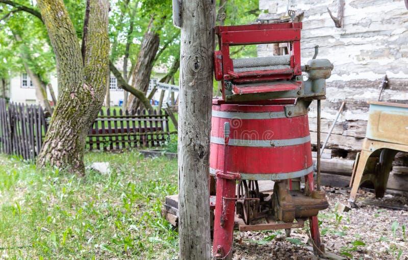 Machine à laver rouge en bois d'essoreuse de vieux cru photos stock