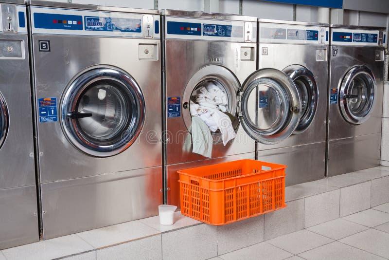 Machine à laver surchargée avec des vêtements photographie stock libre de droits
