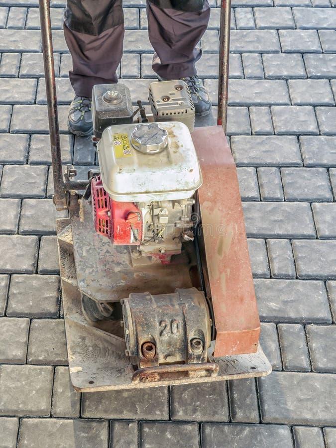 Machine à paver avec le compacteur de plat images stock
