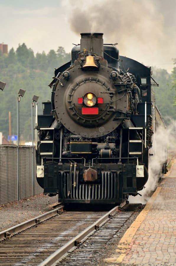 Machine à vapeur à une station de train photographie stock libre de droits