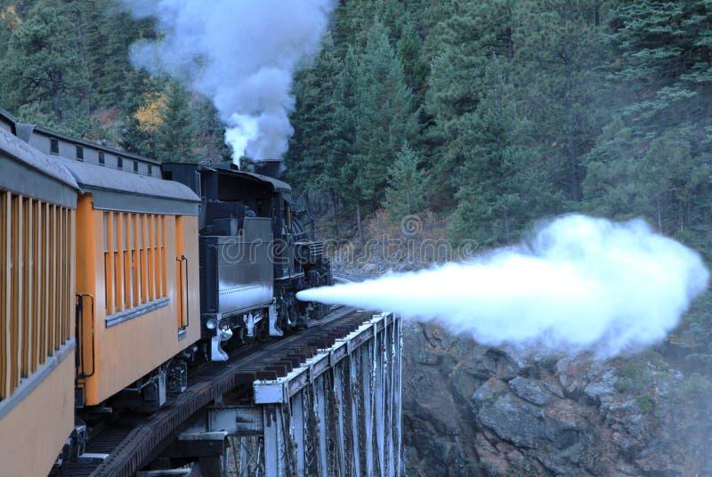 Machine à vapeur sur la passerelle dans les montagnes rocheuses photographie stock libre de droits