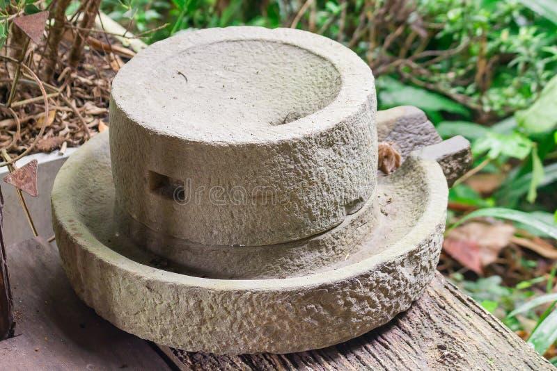 Machine antique de minoterie en rectifiant le mortier image stock