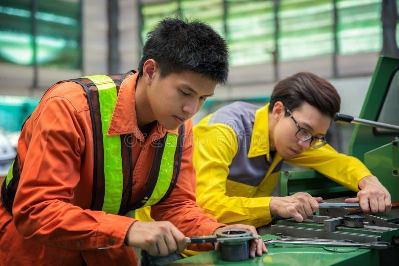 Machine asiatique d'arrangement d'ingénieur et de travailleur photos libres de droits