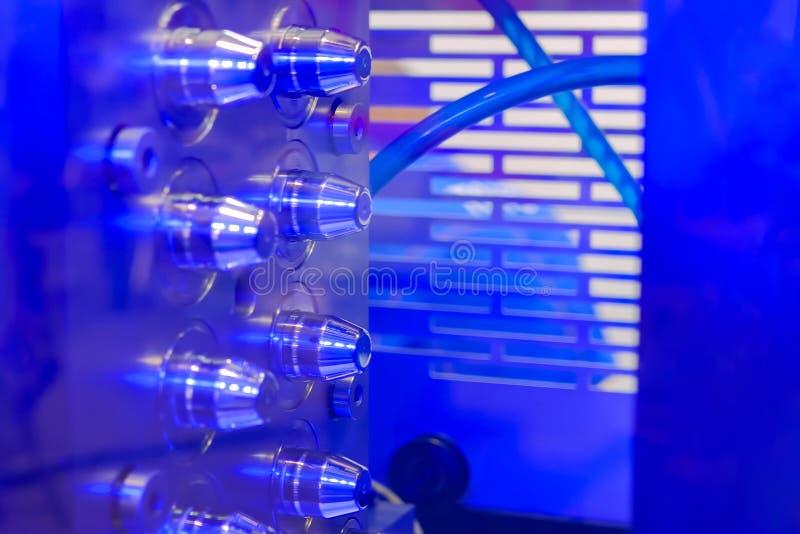 Machine automatique de moulage par injection de plastique - fermer image libre de droits