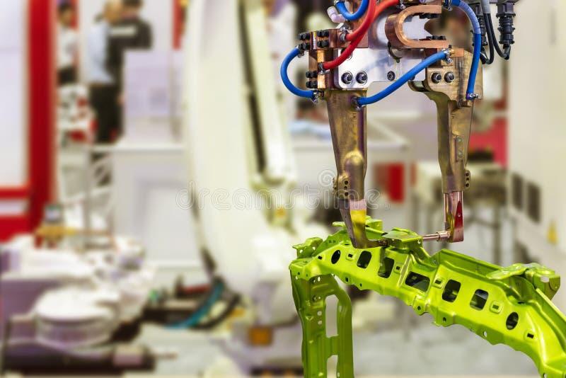 Machine automatique de soudage par points de résistance de robot et produit des véhicules à moteur pour industriel à l'atelier ou image libre de droits
