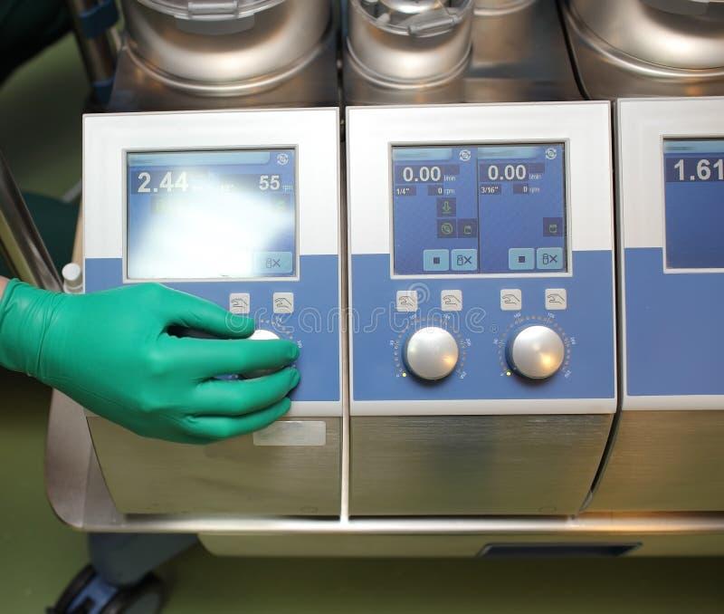 Machine coeur-poumon de réglementation dans la salle d'opération images stock
