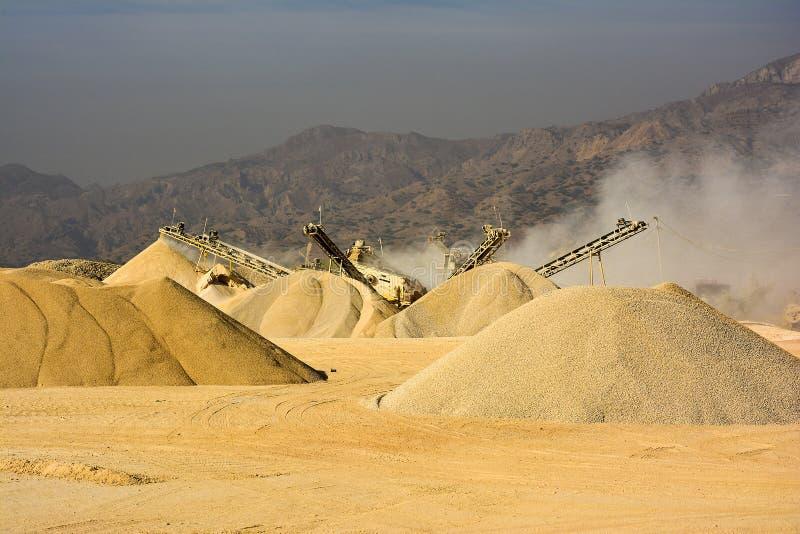 Machine concasseuse en pierre - montagne Pakistan de chaîne de sel photographie stock libre de droits