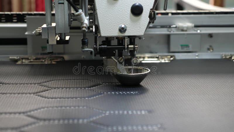 Machine ? coudre de robot Machine ? coudre automatique Travaux de robotique dans la cha?ne de production de mise sur pied Les ges photo stock