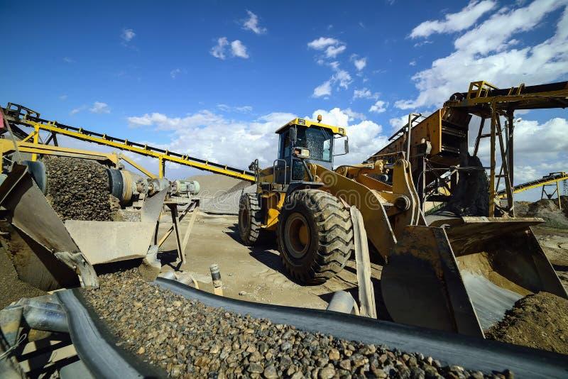 Machine d'abattage et camion de carrière contre un ciel bleu photos stock