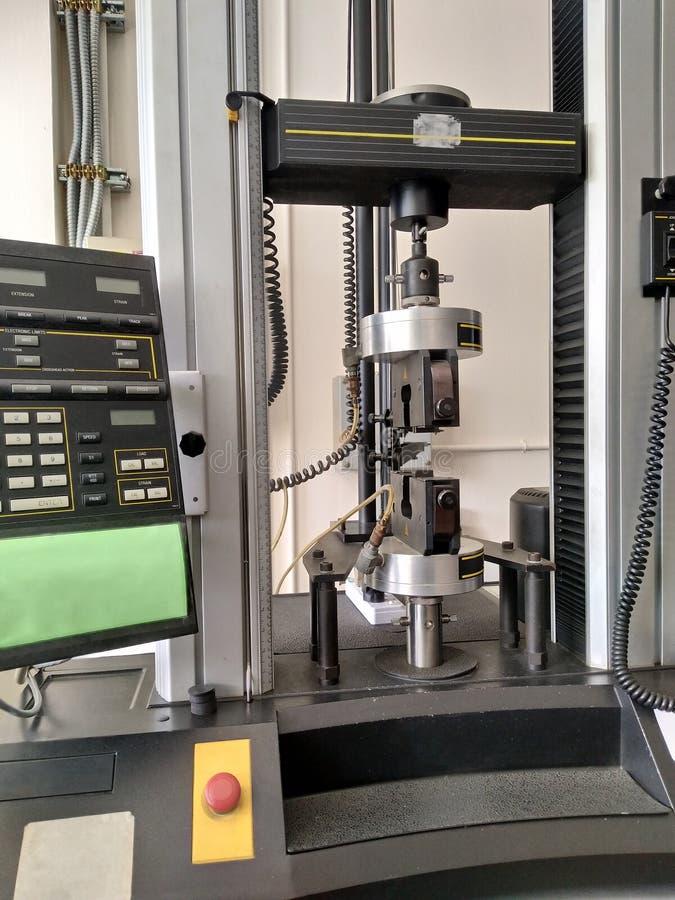 machine d'essai de résistance à la traction sur le laboratoire photographie stock libre de droits