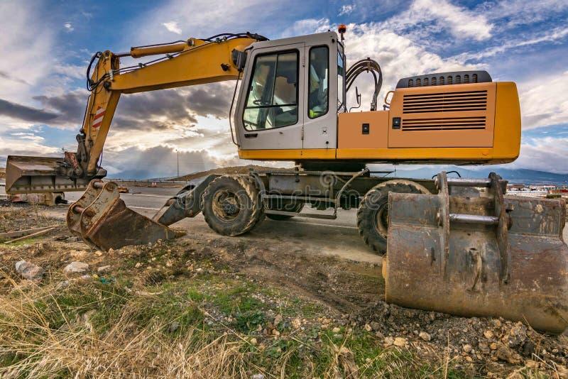 Machine d'excavatrice menant à bien des travaux d'entretien des routes image libre de droits