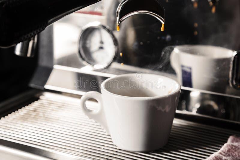 Machine d'expresso professionnelle pour le café de brassage Du café est plu à torrents dans la cuvette Le concept de faire le caf photos libres de droits