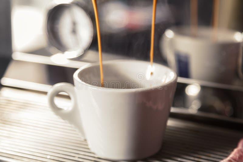 Machine d'expresso professionnelle pour le café de brassage Du café est plu à torrents dans la cuvette Le concept de faire le caf images stock