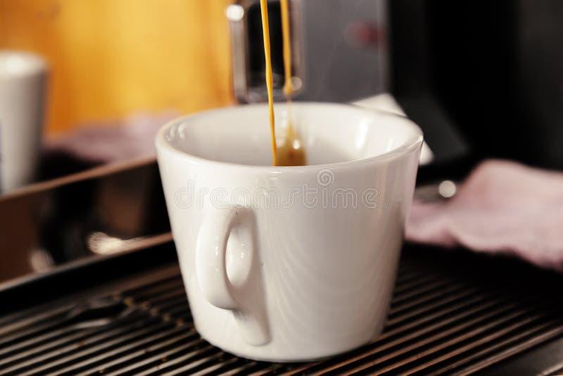 Machine d'expresso professionnelle pour le café de brassage Du café est plu à torrents dans la cuvette Le concept de faire le caf photo stock
