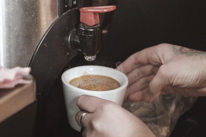 Machine d'expresso professionnelle pour le café de brassage Du café est plu à torrents dans la cuvette Le concept de faire le caf image libre de droits