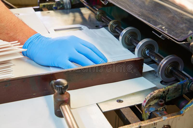 Machine d'impression de Flexo dans une usine d'impression photo stock