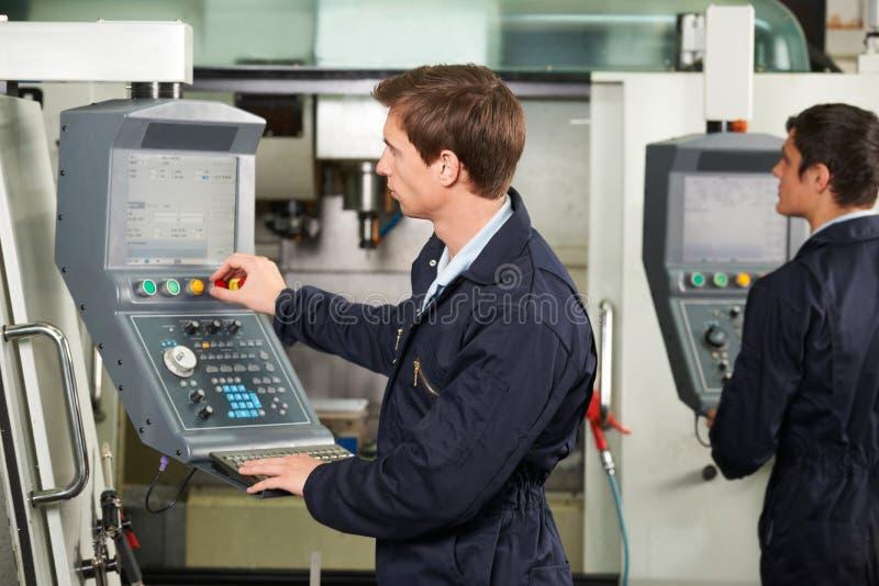 Machine d'Operating Computerized Cutting d'ingénieur photos stock
