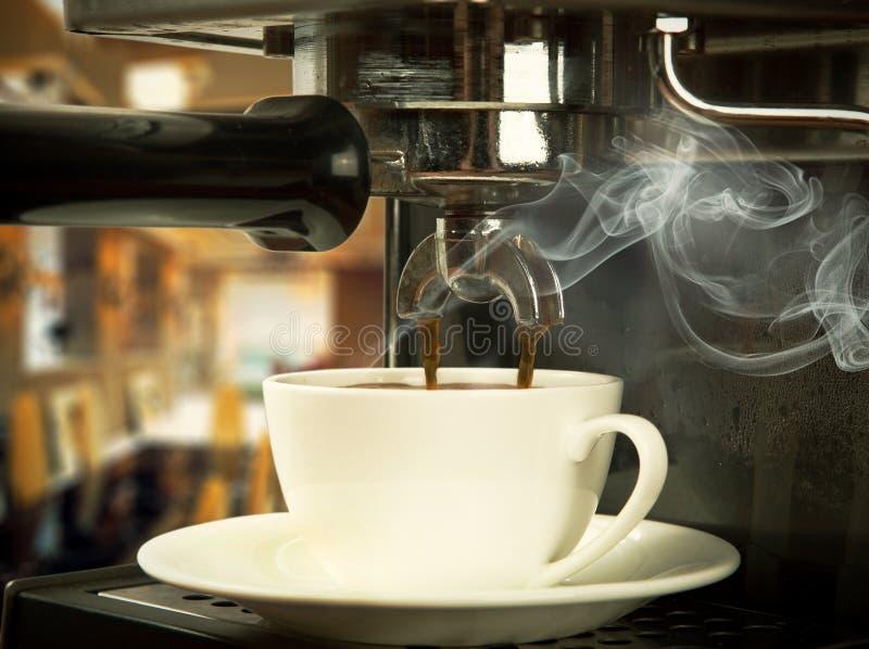 Machine de café avec la cuvette image libre de droits
