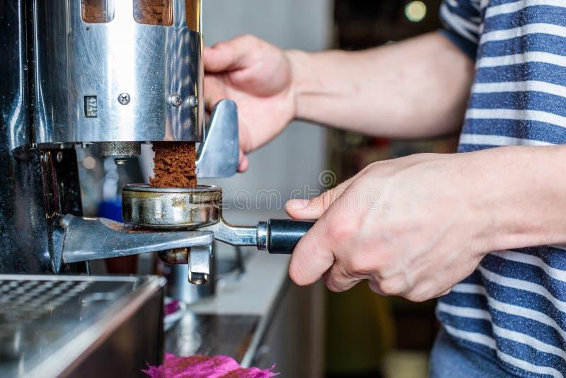 Machine de café de nettoyage de barman en café image libre de droits