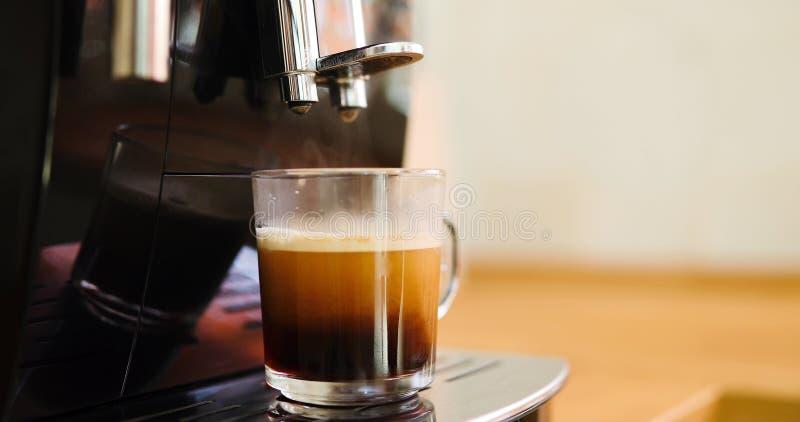 Machine de café faisant le café dans le matin avec le crema photographie stock