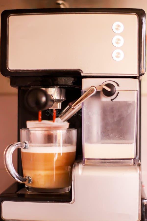 Machine de café préparant la tasse de la boisson fraîche chaude de café photographie stock
