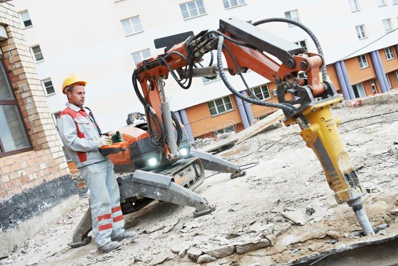 Machine de démolition d'opération d'ouvrier de constructeur photographie stock libre de droits