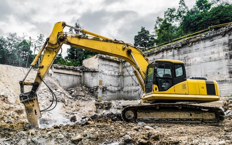 Machine de démolition dans l'action image libre de droits