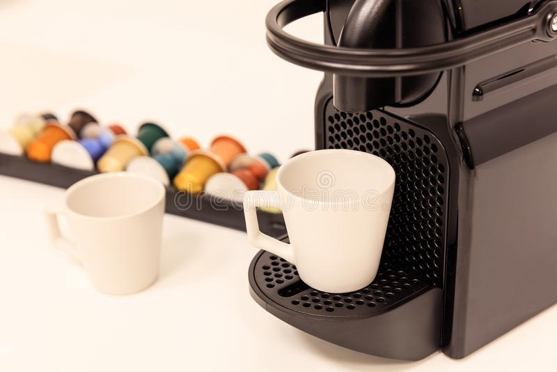 Machine de fabricant de café d'expresso avec des capsules derrière elle Fermez-vous vers le haut de la vue avec des détails, fond images libres de droits