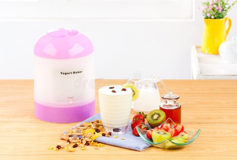 Machine de générateur de yaourt aux fruits image stock