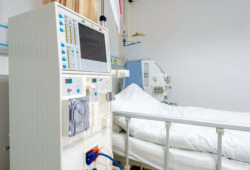 Machine de hémodialyse dans une salle d'hôpital photographie stock libre de droits