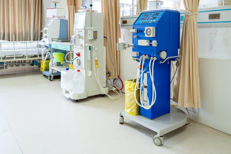 Machine de hémodialyse dans une salle d'hôpital photo libre de droits