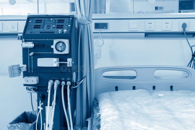 Machine de hémodialyse dans une salle d'hôpital photos stock