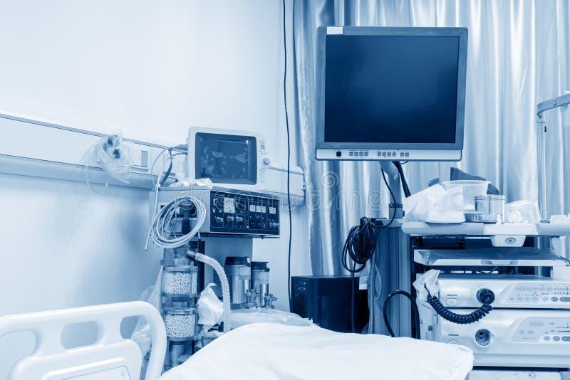 Machine de hémodialyse dans une salle d'hôpital photo stock