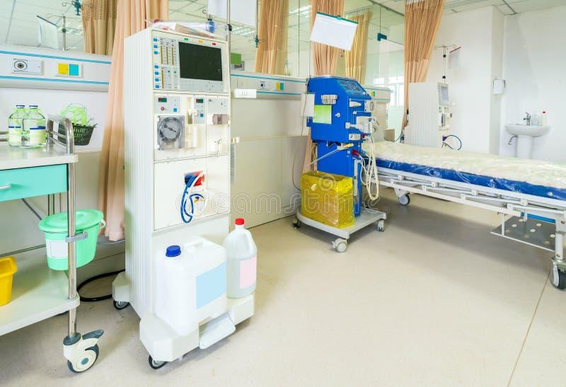 Machine de hémodialyse dans une salle d'hôpital photographie stock