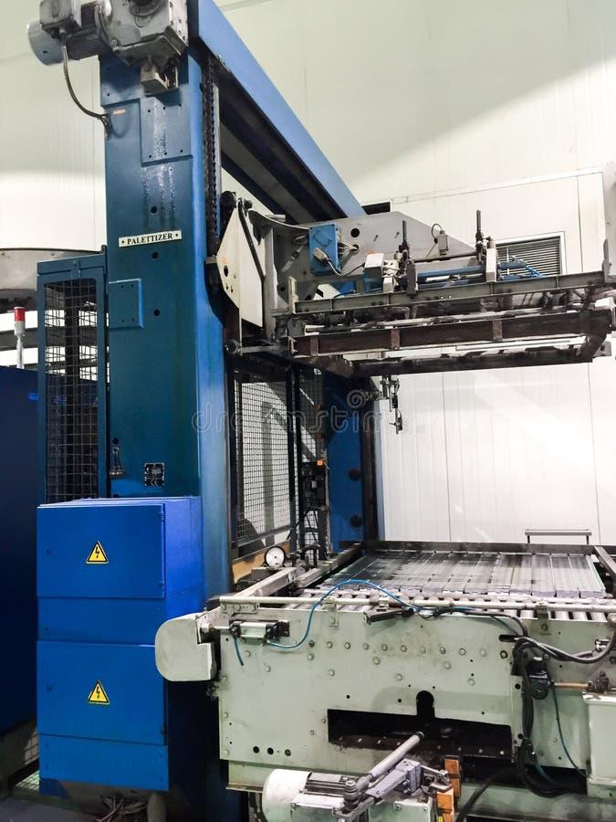 Machine de levage de palettes pour les usines de boissons image libre de droits